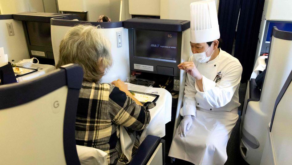 Gast und Koch an Bord eines geparkten All-Nippon-Airways-Jets in Tokio (am 31. März)