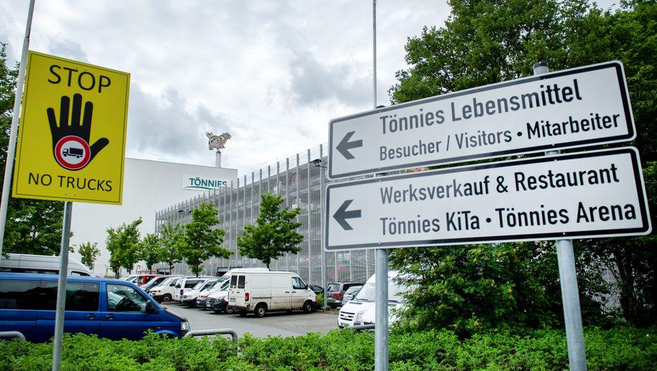 Außenansicht des Fleischwerks Tönnies in Rheda-Wiedenbrück, wo Hunderte Mitarbeiter positiv auf das Coronavirus getestet wurden