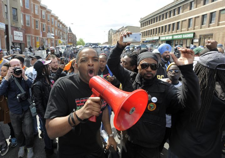 Demonstranten am Dienstagabend in Baltimore