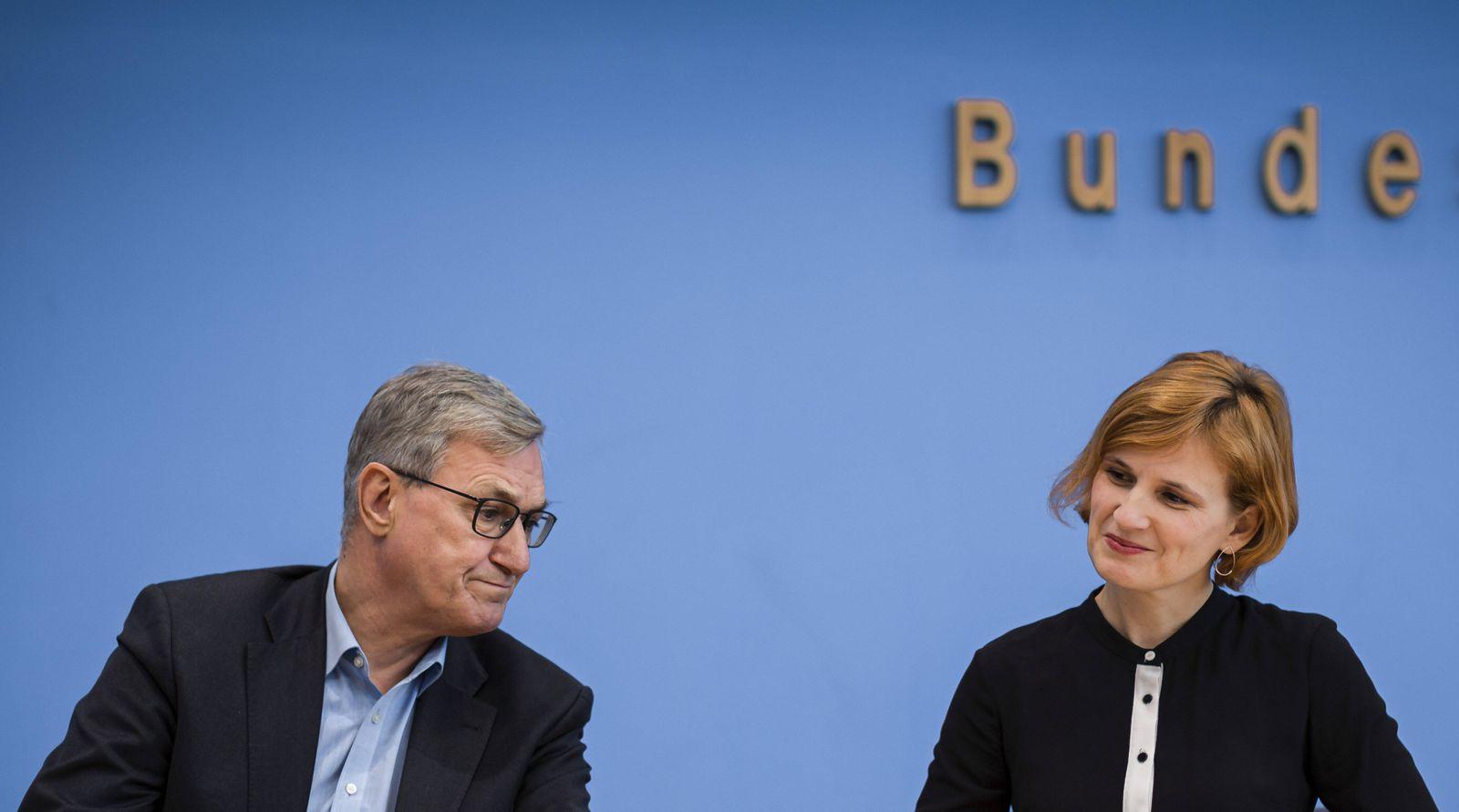 Katja Kipping, Parteivorsitzende DIE LINKE; Bernd Riexinger, Parteivorsitzender DIE LINKE bei einer Pressekonferenz, an