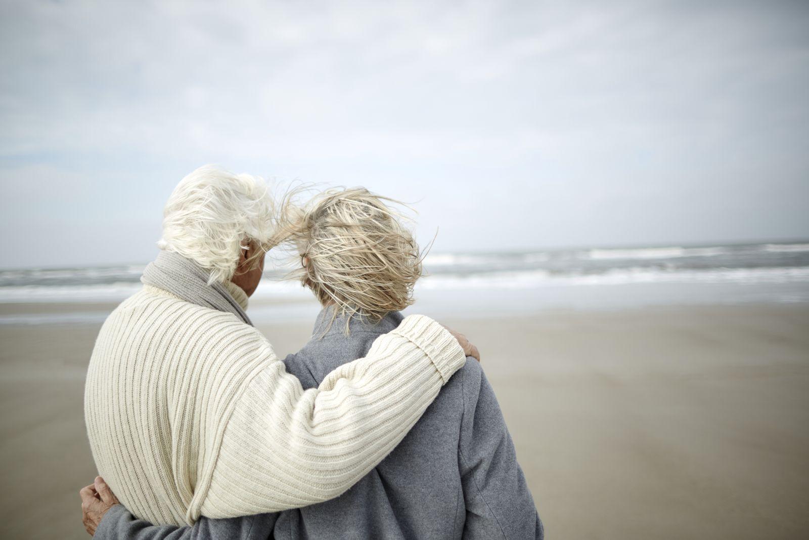 EINMALIGE VERWENDUNG altes Paar am Meer