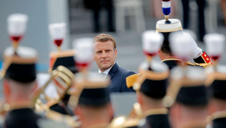 Präsident Macron bei der Militärparade am 14. Juli auf der Place de la Concorde