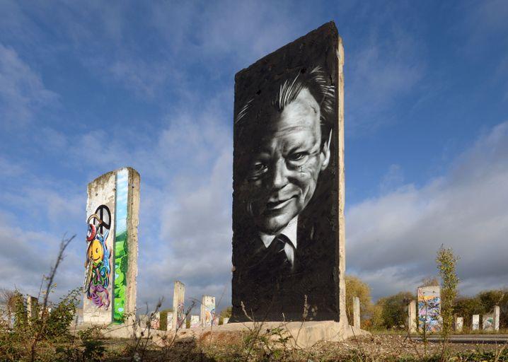 Willy Brandt auf einem historischen Teil der ehemaligen Berliner Mauer in Teltow (Brandenburg)