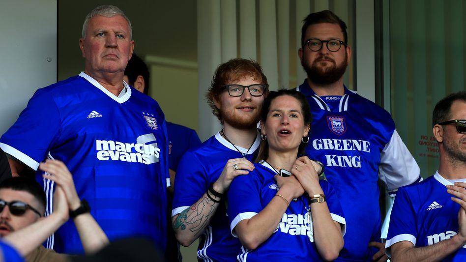 Ed Sheeran (M.) 2018 bei einem Spiel von Ipswich Town
