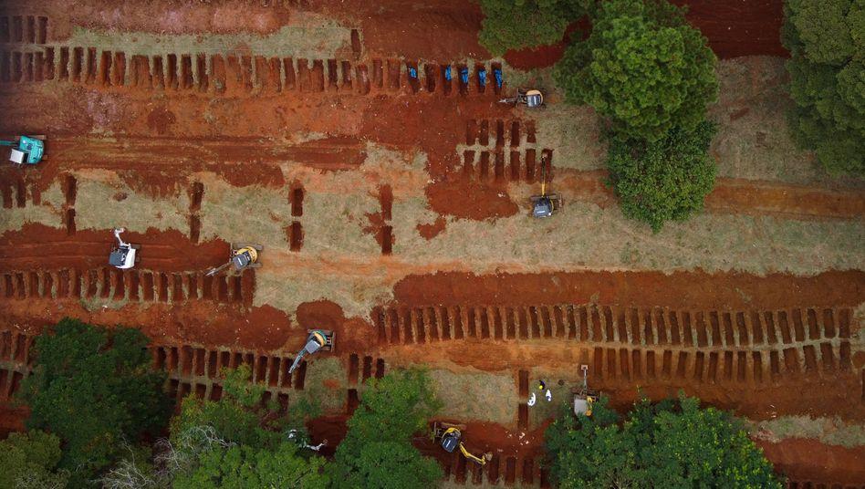 Bestattungen in der Zeit der Coronakrise: Neue Gräber auf einem Friedhof in der brasilianischen Metropole Sao Paolo