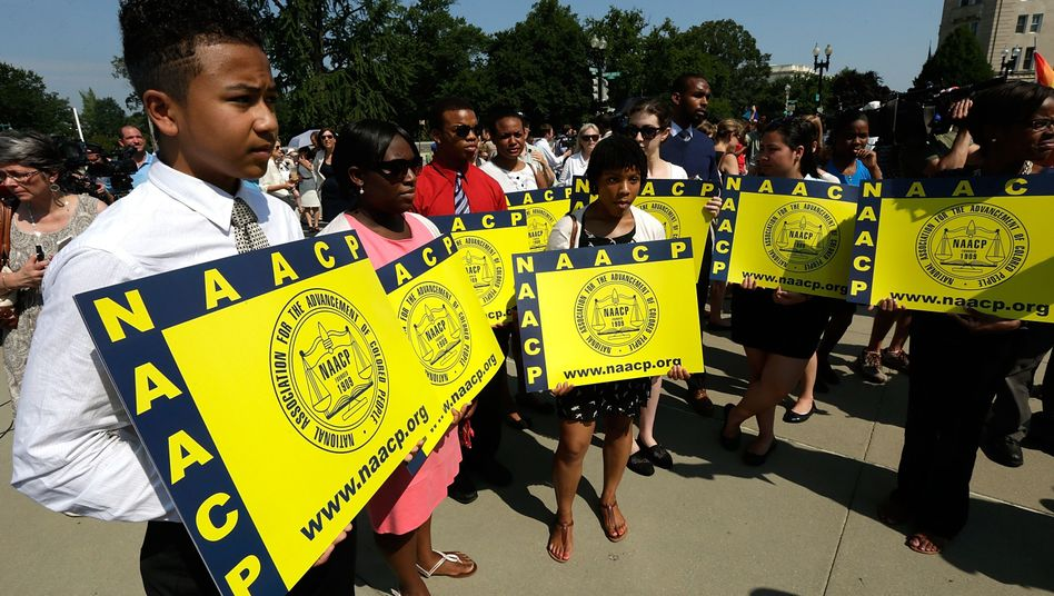 "Mitglieder der ""National Association of the Advancement of Coloured People"" demonstrieren vor dem Supreme Court"