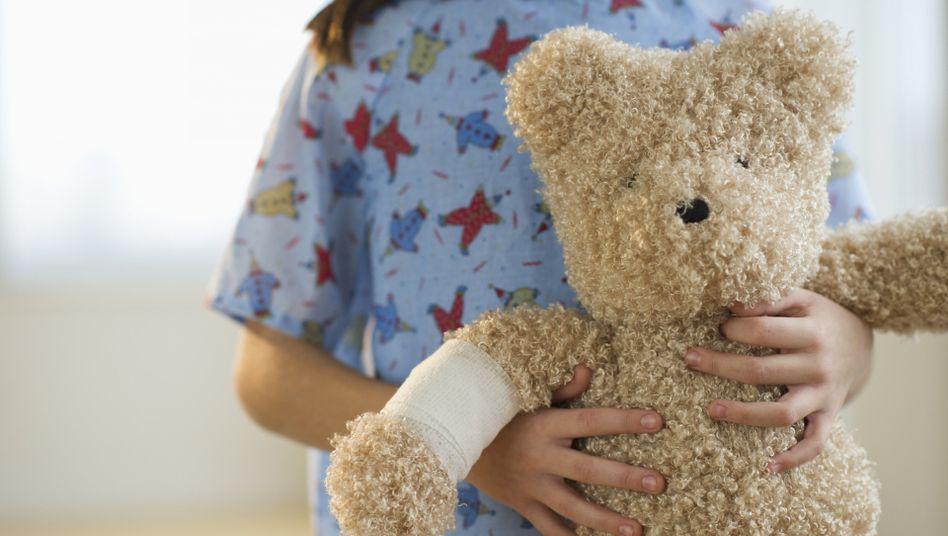 Kleine Patientin: Bettnässen hat meist körperliche Ursachen