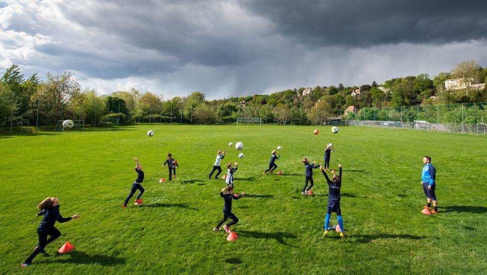 In Dresden trainieren Kinder Fußball und halten dabei großen Abstand ein