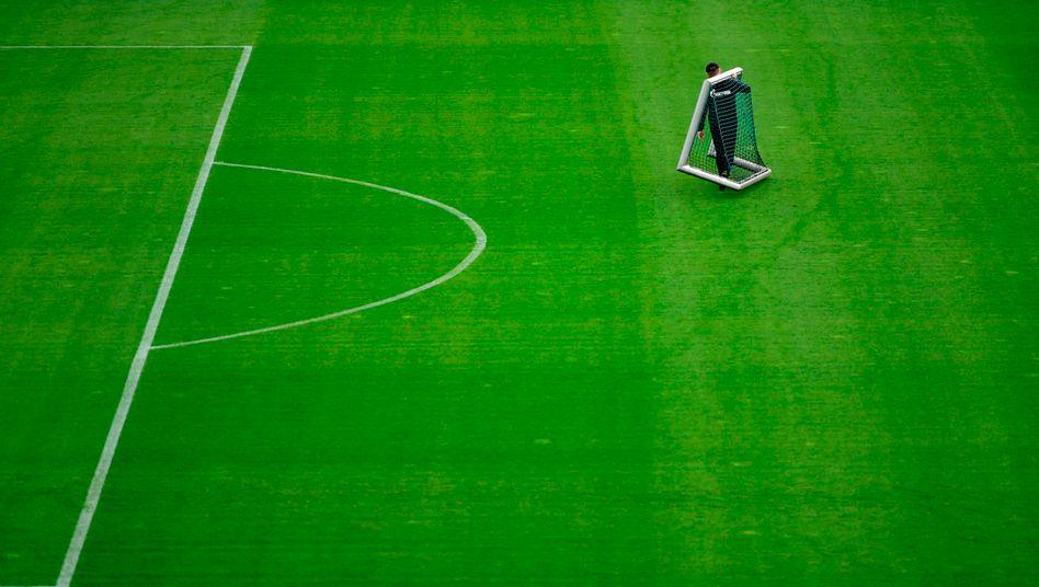 Bisher dürfen die Bundesligaklubs wie hier der FC Schalke 04 nur zum Training unter Auflagen aufs Feld