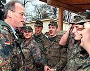 """Minister Scharping, Soldaten: """"Es gibt immer ein Risiko"""""""