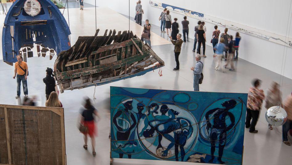 Documenta-Halle in Kassel mit Galindos Schiffswrackinstallationen: Von Zeit zu Zeit auf den Saiten klimpern