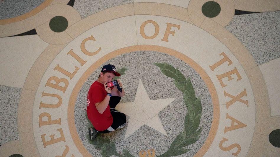 Ein Besucher im Kapitol von Texas in der Stadt Austin