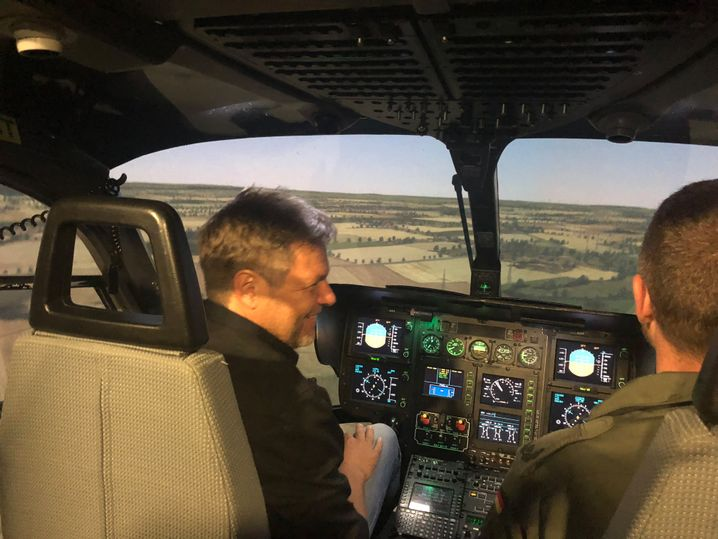 Robert Habeck im Flugsimulator