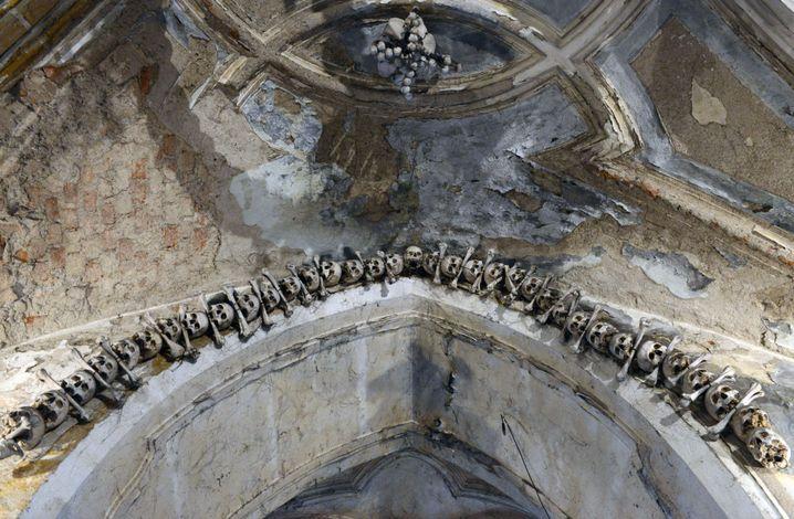 Schädel und Knochen an der Decke der Allerheiligenkirche: Selfie verboten