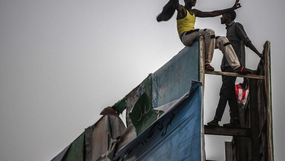 Demonstranten in Khartum: Der Herrscher ist weg, die Proteste gehen weiter