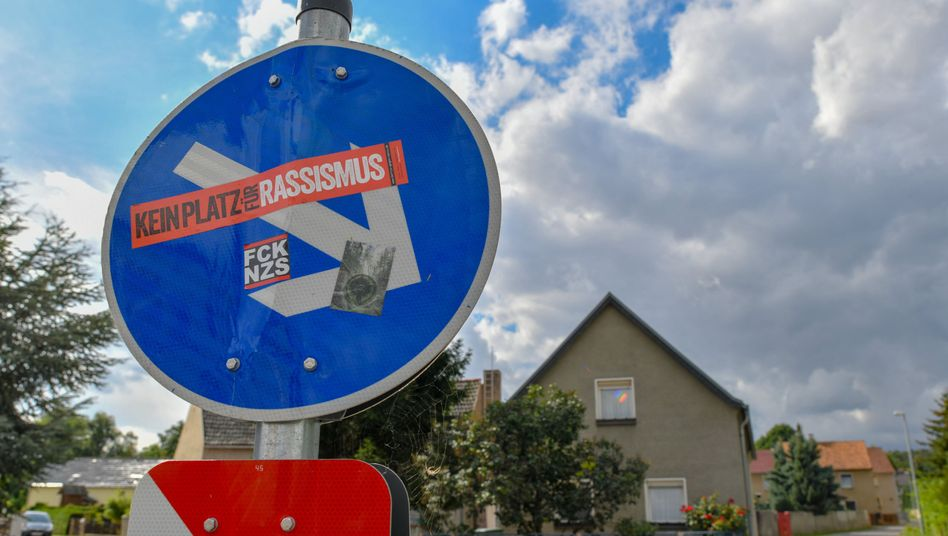 """""""Kein Platz für Rassismus"""": Proteststicker gegen Nazis und Rassismus in Brandenburg"""