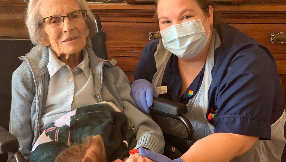 """Connie Titchen mit einer Krankenschwester: """"Sie hat viele Fans"""""""