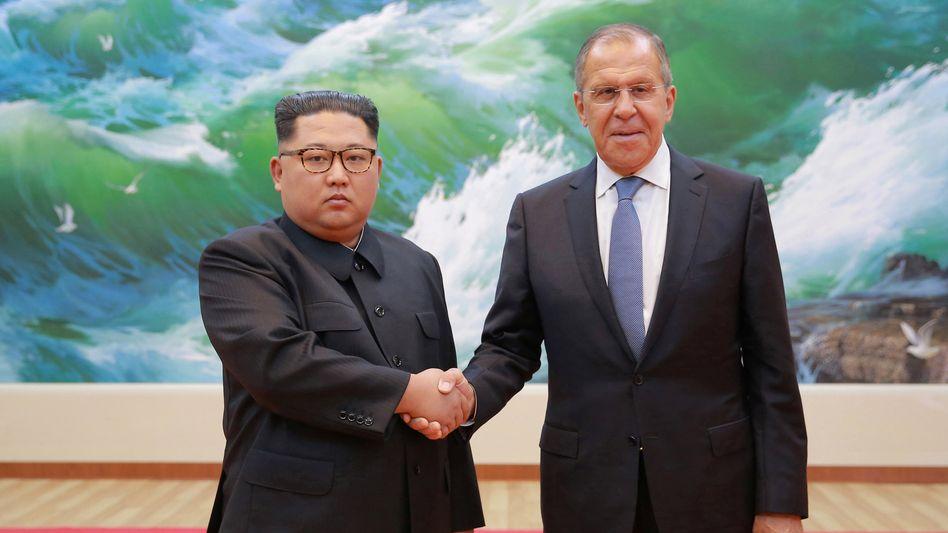 Nordkoreas Machthaber Kim Jong Un (l.) und der russische Außenminister Sergej Lawrow bei einem Treffen im Mai 2018