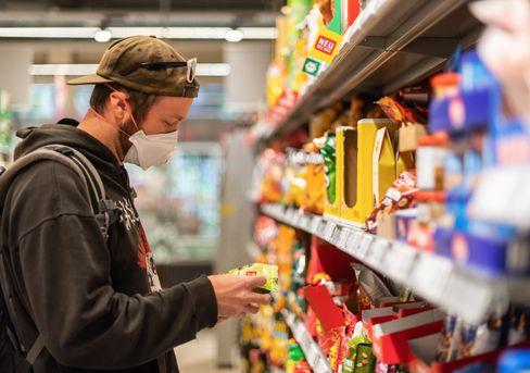 Maskenträger in einem Dresdner Supermarkt