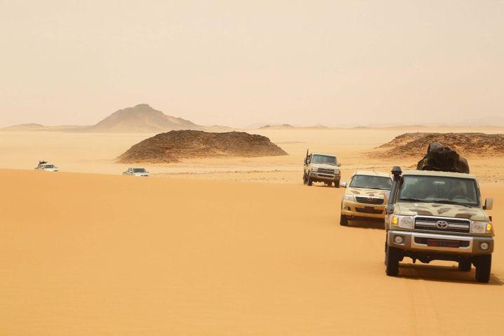 Fahrzeuge von Haftar-treuen Truppen in der libyschen Wüste (Archivbild)