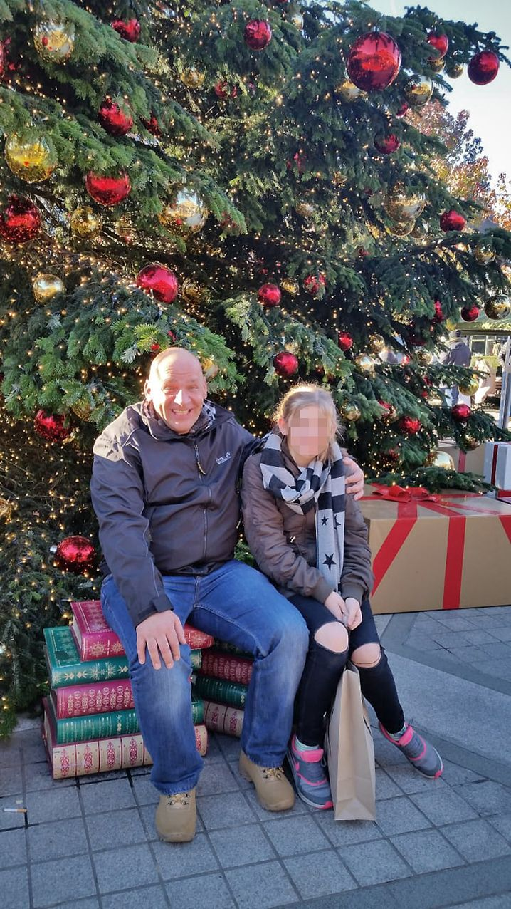 Glückliche Erinnerungen: Emily mit ihrem Vater auf einem Familienfoto