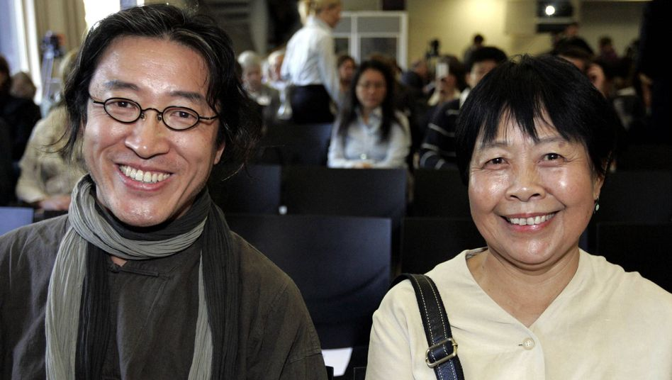 Chinese regime critic Bei Ling and environmental activist Dai Qing had to make their own way to Frankfurt for the Book Fair this year after being uninvited following official protests from China.