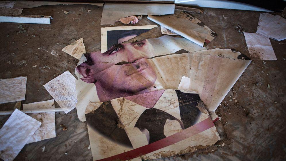 Zerstörtes Porträt des ehemaligen syrischen Präsidenten Bashar al-Assad: Gefangene wurden mit Kabeln und Plastikrohren geschlagen, mit Elektroschocks malträtiert und auf dem »fliegenden Teppich« gefoltert