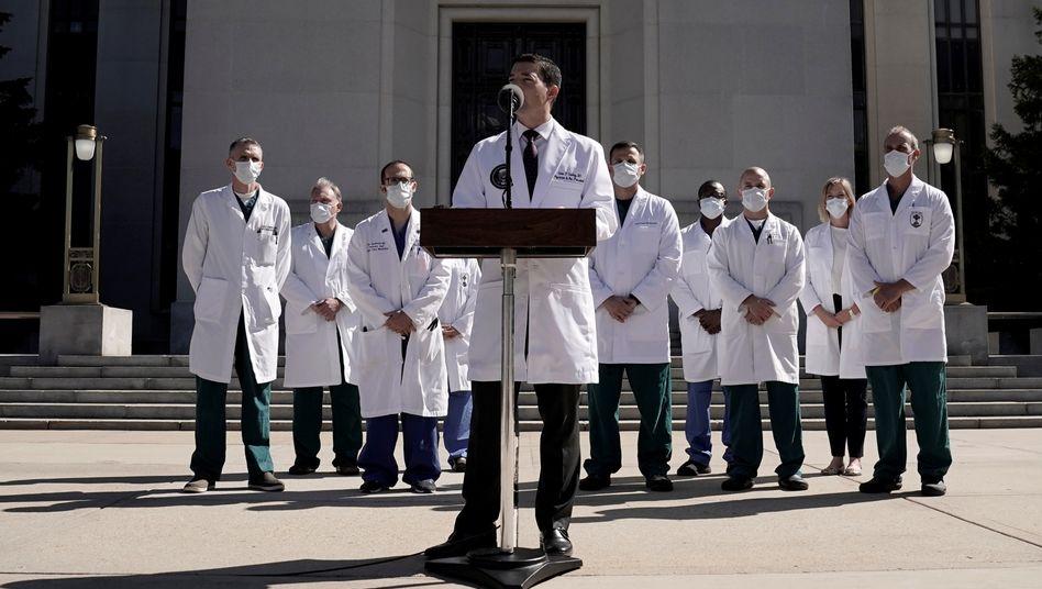 Trumps Leibarzt Sean Conley vor dem Walter-Reed-Krankenhaus