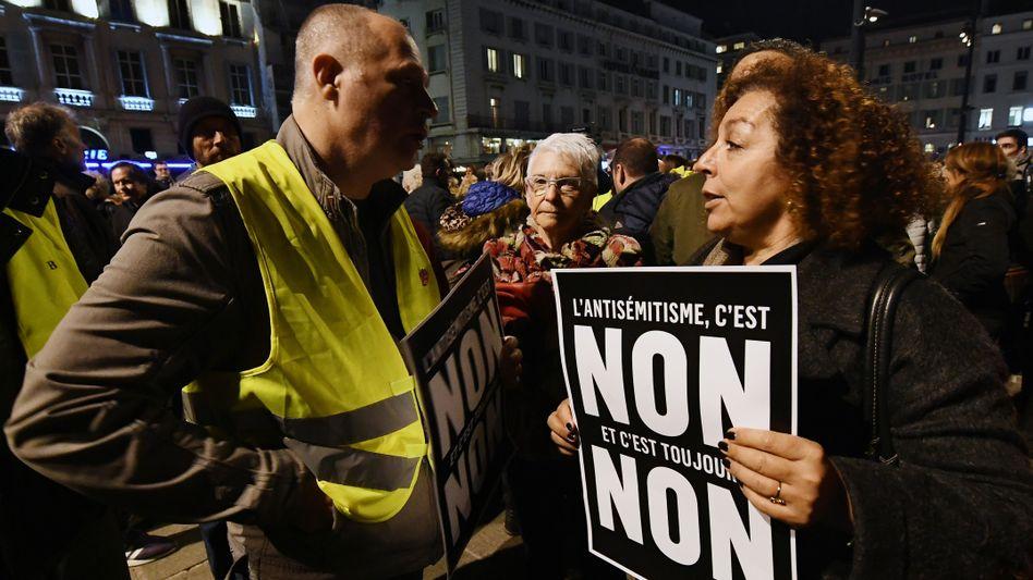 Eine Demonstrantin gegen Antisemitismus in Frankreich: Auf Gelbwesten-Demos gab es antisemitische Parolen gegen einen Schriftsteller