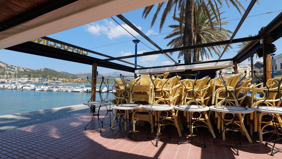 Mallorca, Port Andratx: Eine Restaurant-Terrasse am Meer bleibt während der Coronavirus-Krise geschlossen