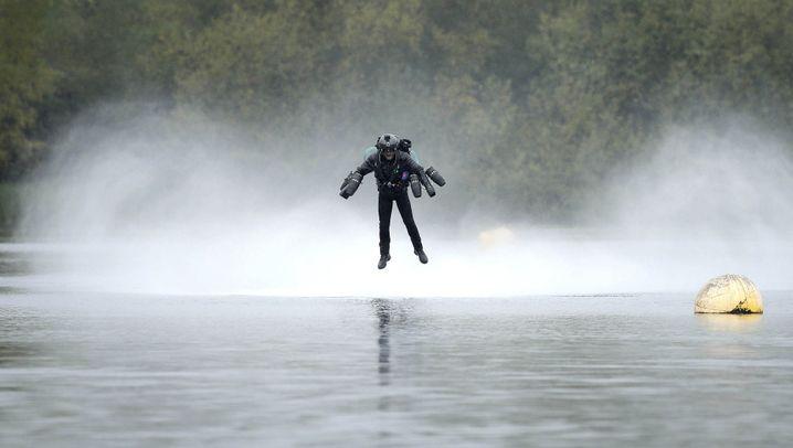 Guinness-Rekord: Im Düsentrieb-Anzug über den See