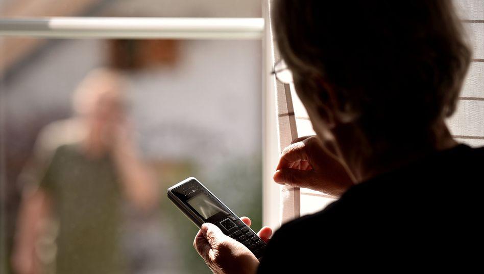 Frau mit Telefon (Symbolbild)