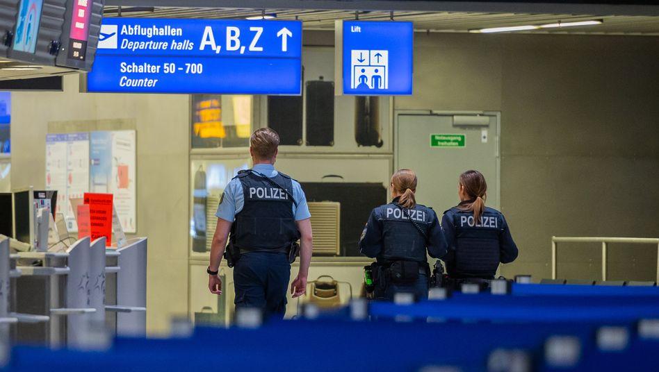 Polizisten am Frankfurter Flughafen im März während der Einreisesperre für Nicht-EU-Bürger