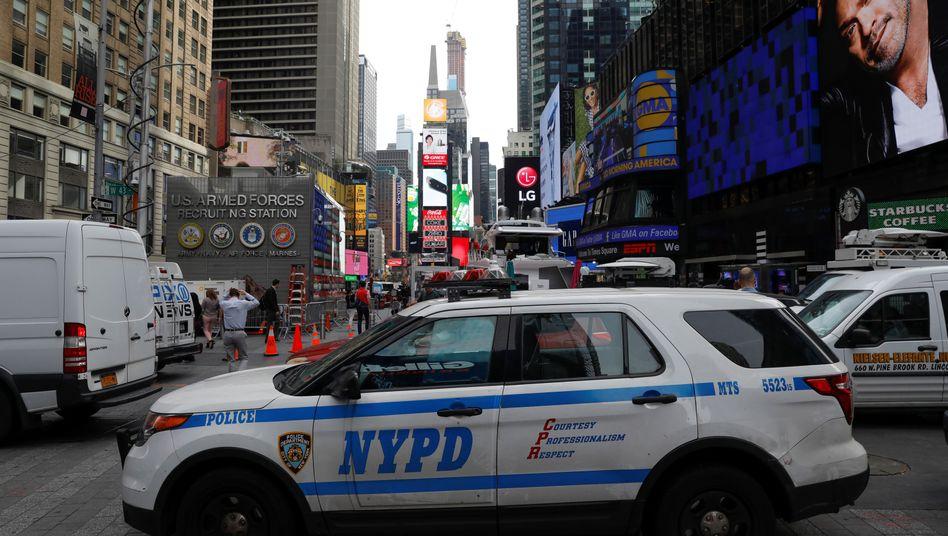 Ein Polizeiauto steht am Times Square