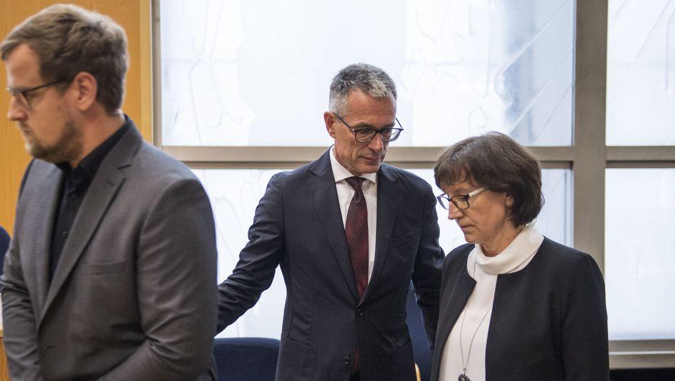 Nebenkläger Jan-Hendrik Lübcke mit seiner Mutter, Anwalt Holger Matt (M.): »Auffallende Freundlichkeit gegenüber dem Angeklagten H.«