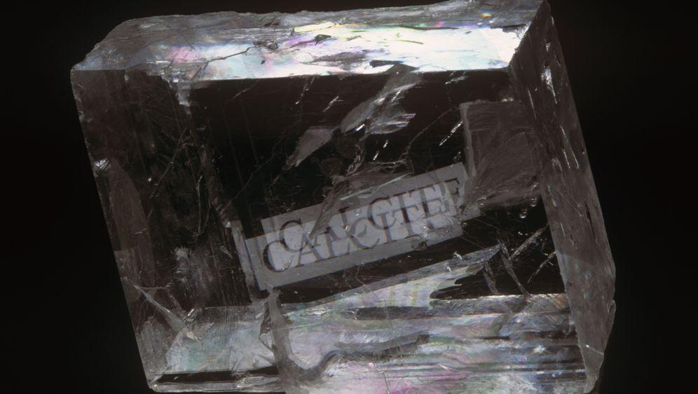 Tarnkappen-Experiment: Kristall macht Objekte unsichtbar