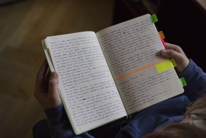 Erst wenn Anastasia mit einem Text zufrieden ist, überträgt sie ihn in ihr Notizbuch.