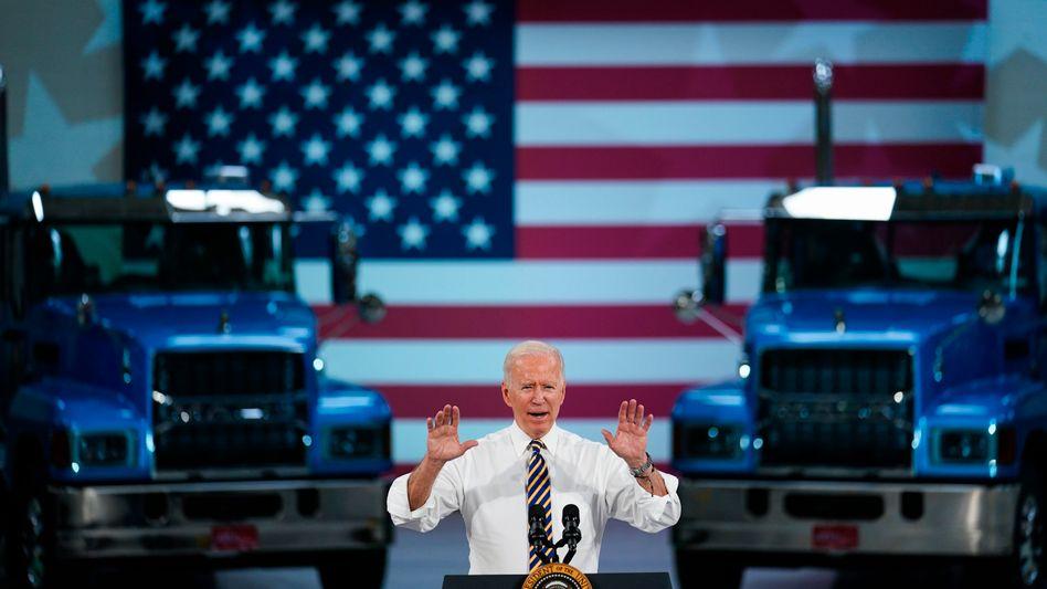 Passende Kulisse: Biden bei seinem Auftritt vor Arbeitern von Mack Trucks