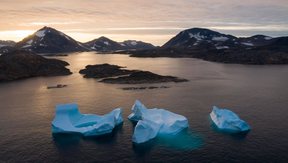 Eisberge schwimmen vor der grönländischen Küste im Meer