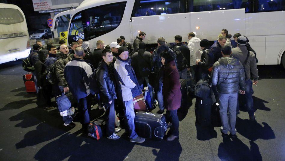 Warten auf die Abfahrt nach Deutschland: Rumänen am EuroLine-Bus in Bukarest