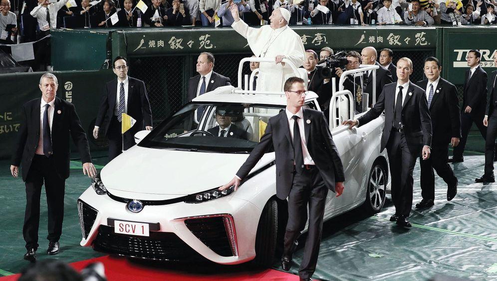 Papst Franziskus in Brennstoffzellenmobil bei Japanbesuch 2019: Abgasfreier Gottesdienst