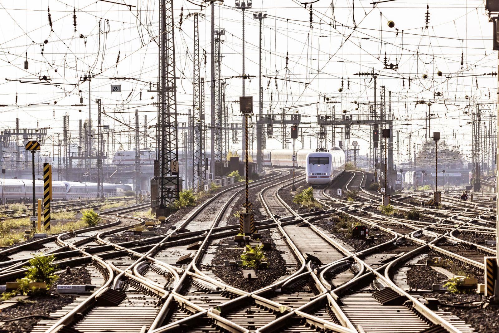 EINMALIGE VERWENDUNG Gleise / Bahn / ICE