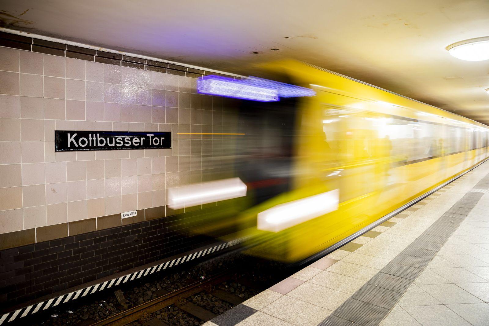 Mann in Berlin bei Streit vor U-Bahn gestoßen
