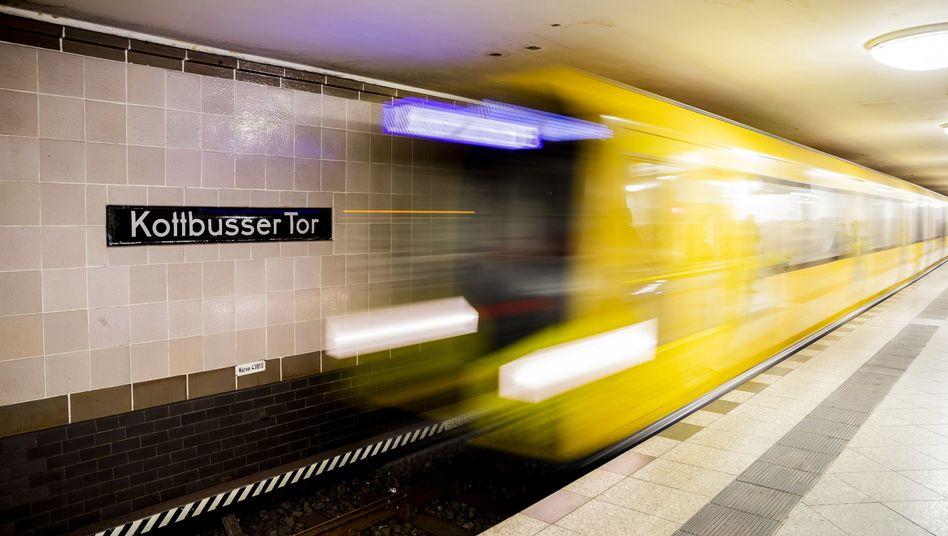 Eine U-Bahn der Linie 8 fährt in den Bahnhof Kottbusser Tor ein