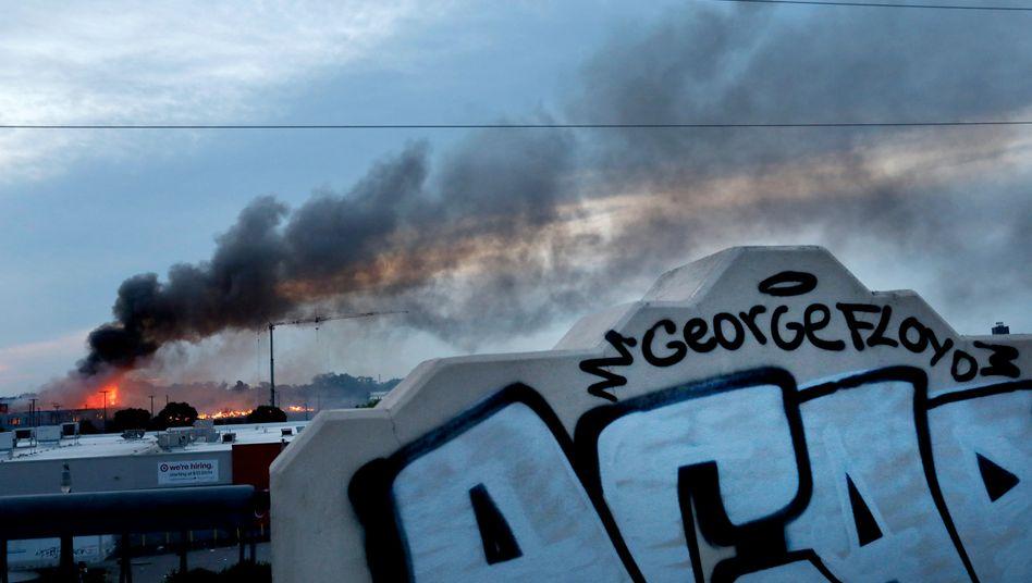 Minneapolis nach Protesten: Rauch steigt von einem brennenden Gebäude in der Innenstadt auf