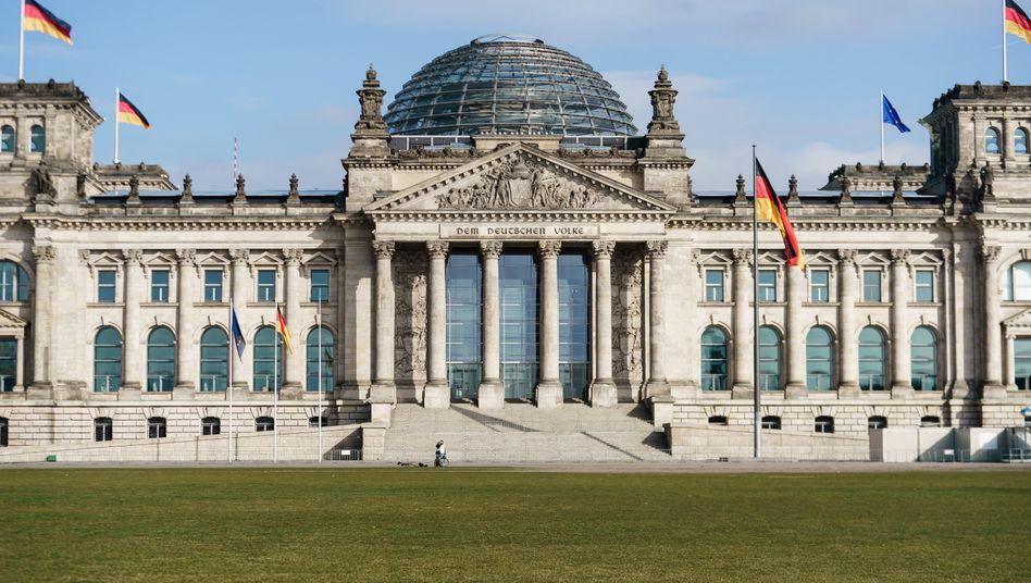 Eigentlich sollte im Bundestag nur noch ein kleiner Teil der Abgeordneten anwesend sein - doch eine Abstimmung über die Schuldenbremse fordert eine größere Besetzung