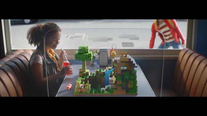 """Dieser Trailerausschnitt lässt erahnen, wie der """"Build Plates""""-Modus aussieht - ohne eigenes Smartphone sieht das Mädchen jedoch keine Klötzchen"""
