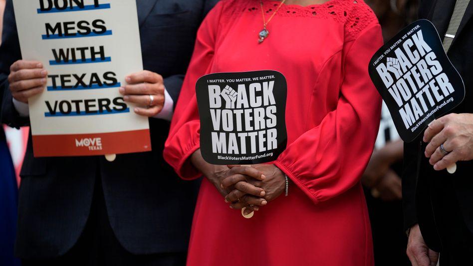 Demokratische Abgeordnete bei einer Demonstration gegen das neue Wahlgesetz am Donnerstag