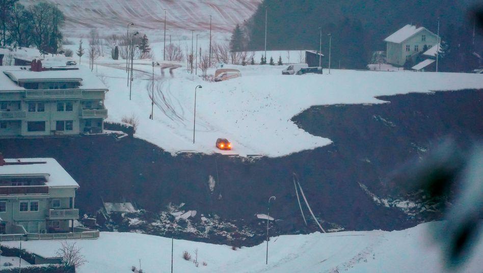 Ask in Norwegen: Ein Erdrutsch hat einen Teil der Straße fortgerissen