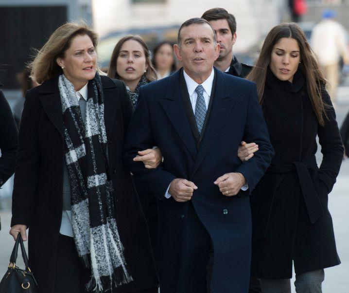 Juan Angel Napout erscheint in Begleitung vor Gericht